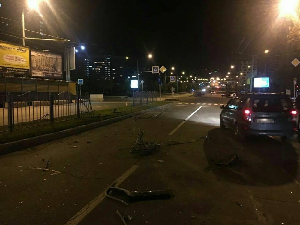 На проспекте Науки внедорожник сбил пешехода и снес забор (ФОТО) , фото-1