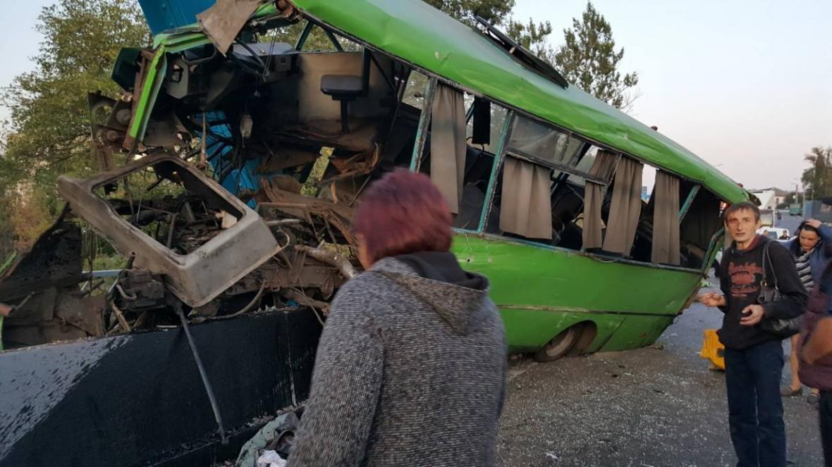 Под Харьковом пассажирский автобус врезался в столб. 23 пострадавших (ФОТО), фото-2