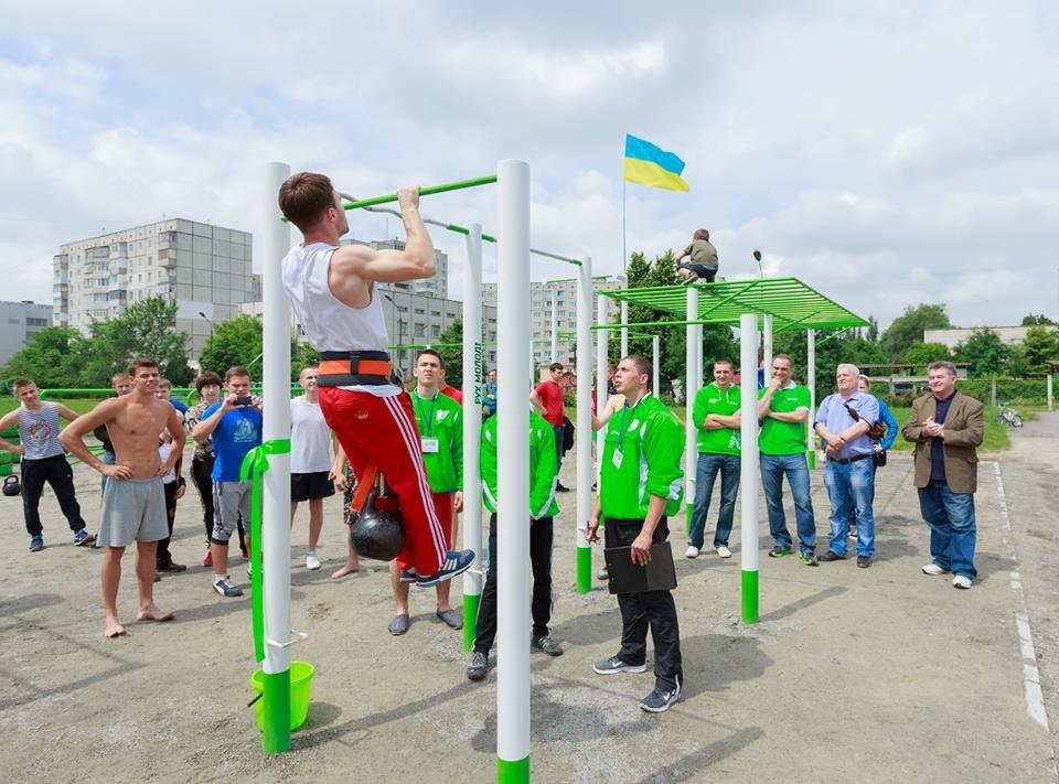 Благотворительный Фонд «Рух молоді» помогает строить спортивные площадки по всей Украине