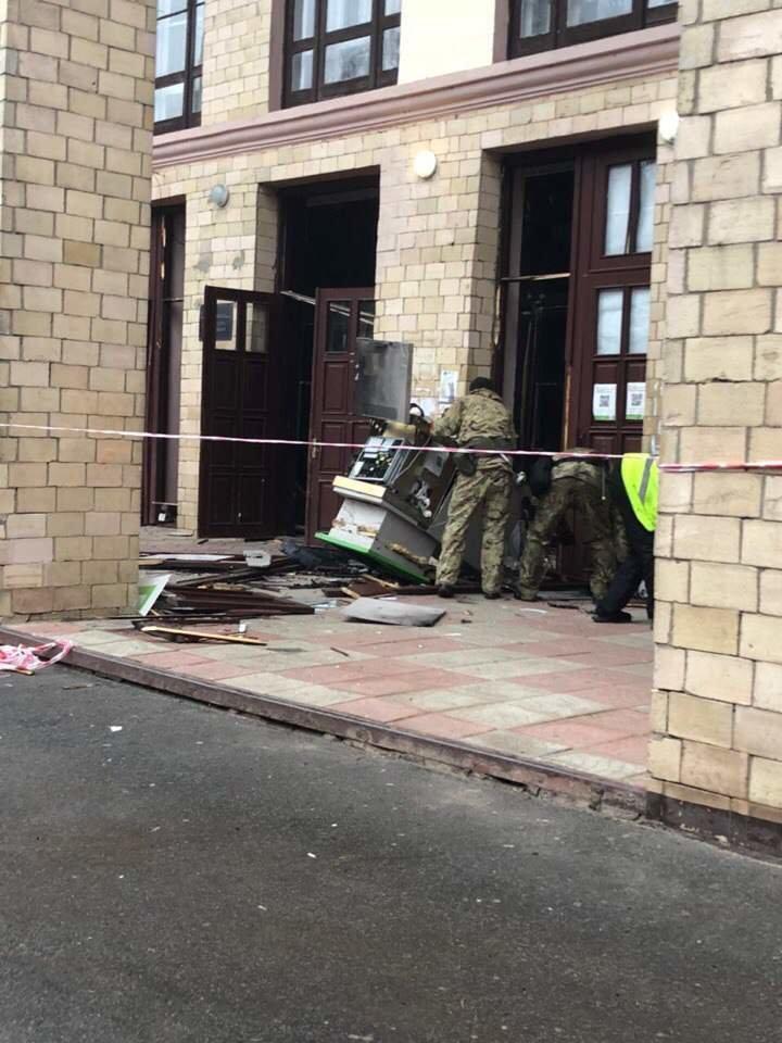 В Харьковской академии неизвестные взорвали банкомат (ФОТО), фото-1