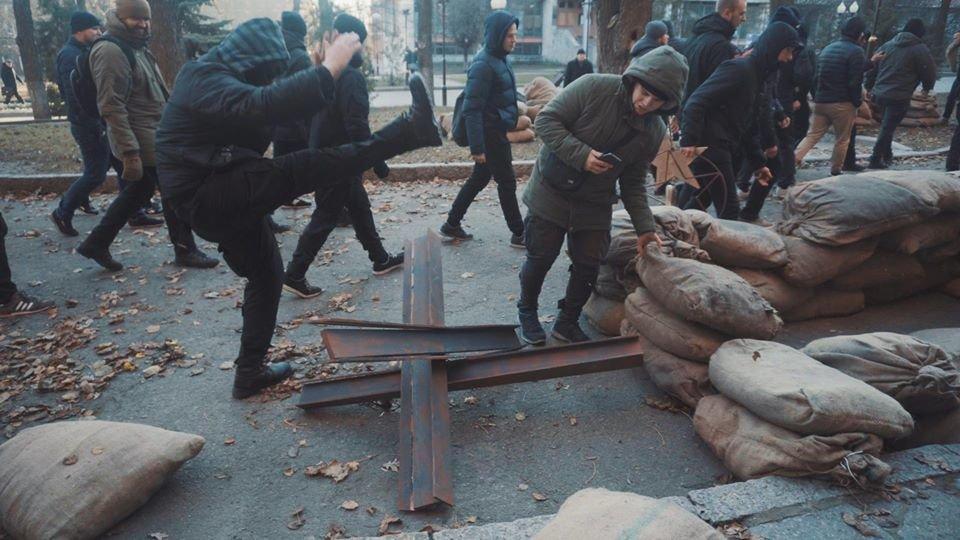 """Активисты """"Национального корпуса"""" разгромили декорации к военному сериалу, который снимают в Харькове и устроили потасовку с полицией , фото-5"""