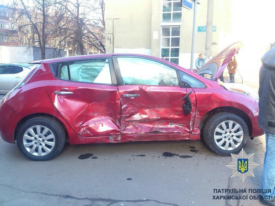 """На ХТЗ """"легковушка"""" протаранила бок Nissan: есть пострадавшие (ФОТО) , фото-1"""