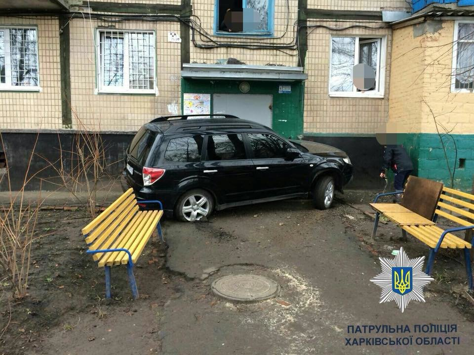 В Харькове Subaru врезался в подъезд жилого дома (ФОТО) , фото-2