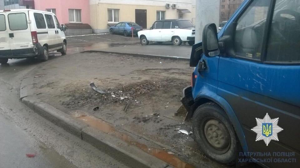 В Харькове микроавтобус протаранил столб после столкновения с Peugeot (ФОТО) , фото-1