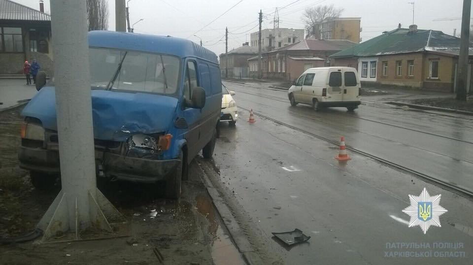 В Харькове микроавтобус протаранил столб после столкновения с Peugeot (ФОТО) , фото-3