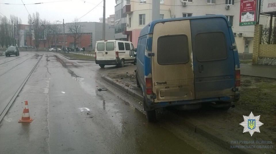 В Харькове микроавтобус протаранил столб после столкновения с Peugeot (ФОТО) , фото-2