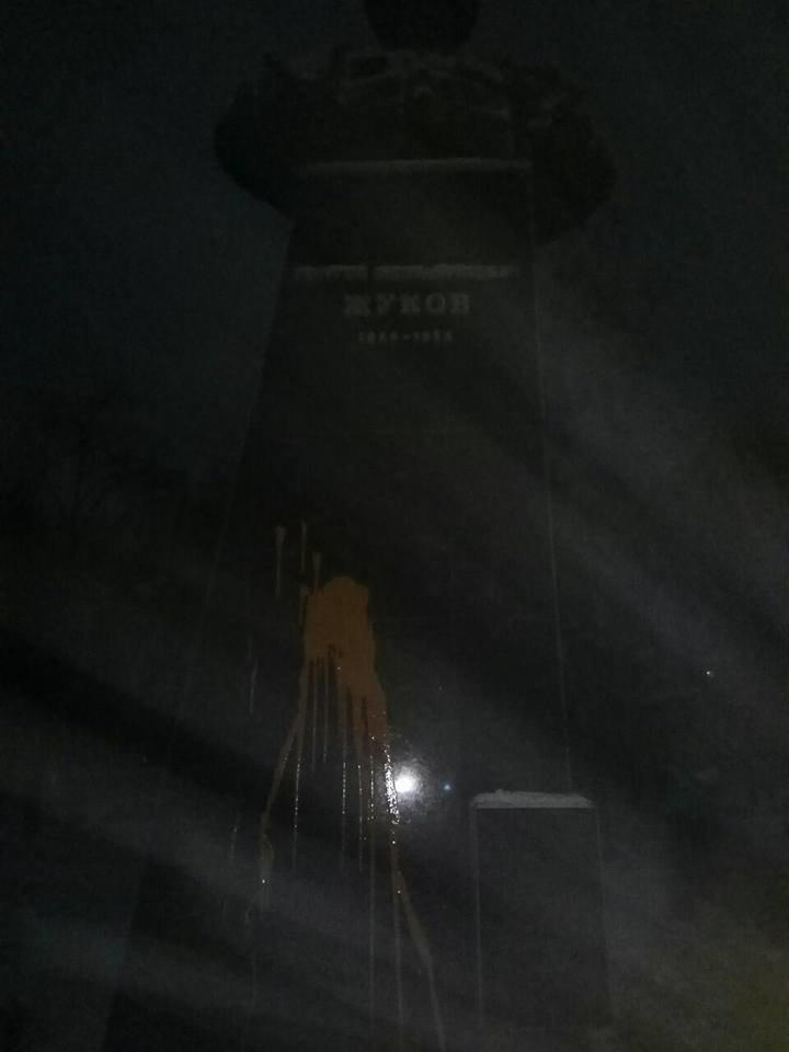 В Харькове облили краской памятник маршалу Жукову (ФОТО) , фото-1