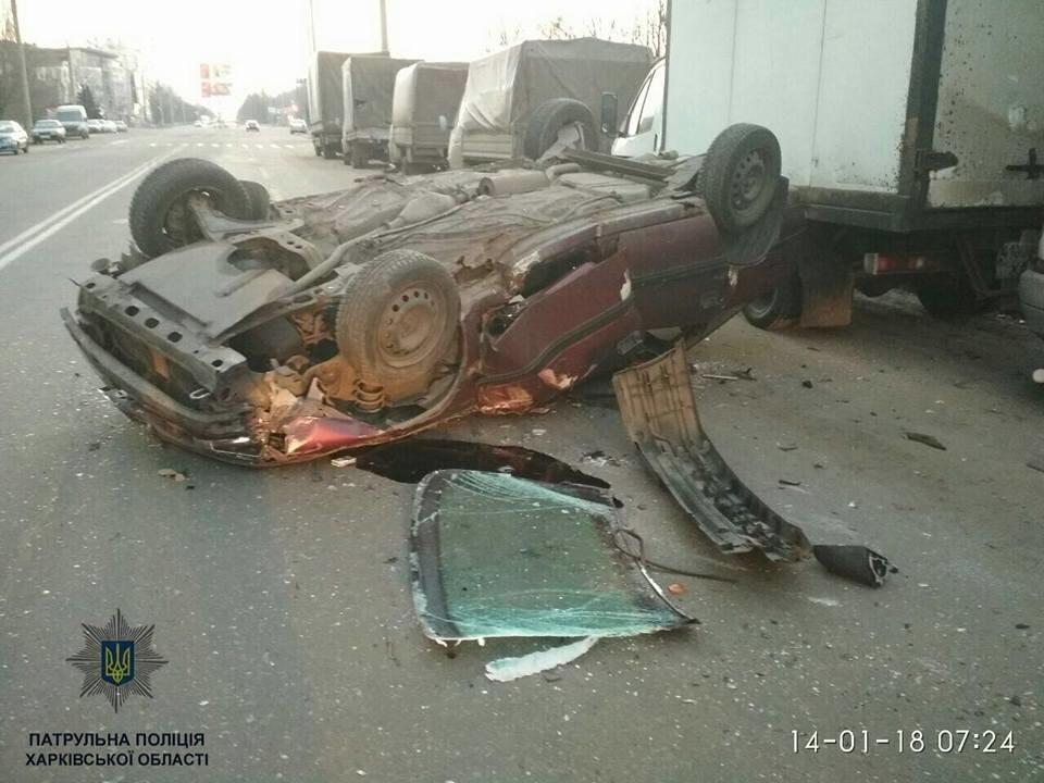 В Харькове Opel врезался в припаркованную машину и перевернулся (ФОТО) , фото-1