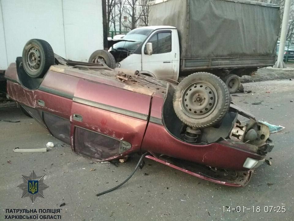 В Харькове Opel врезался в припаркованную машину и перевернулся (ФОТО) , фото-2
