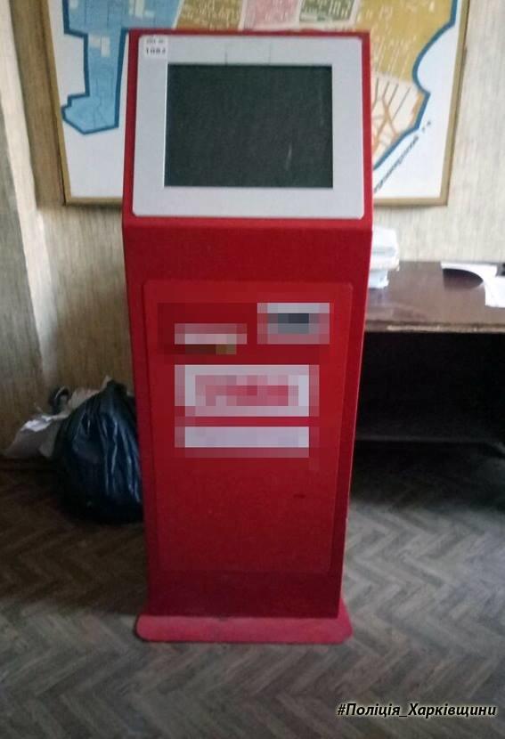 В Харькове мужчины пытались украсть из магазина платежный терминал (ФОТО), фото-1