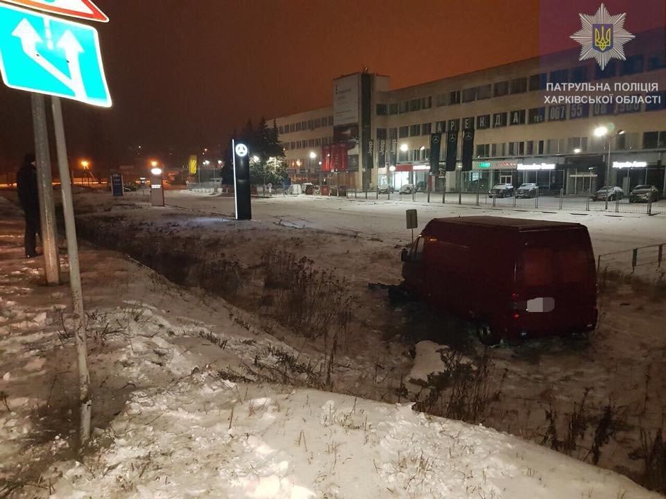 На окружной микроавтобус врезался в дорожный знак и съехал в кювет (ФОТО) , фото-1