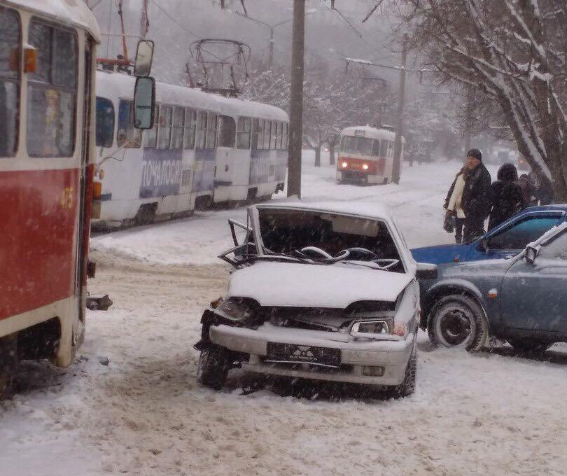 На Салтовке столкнулись два трамвая и два автомобиля (ФОТО) , фото-1
