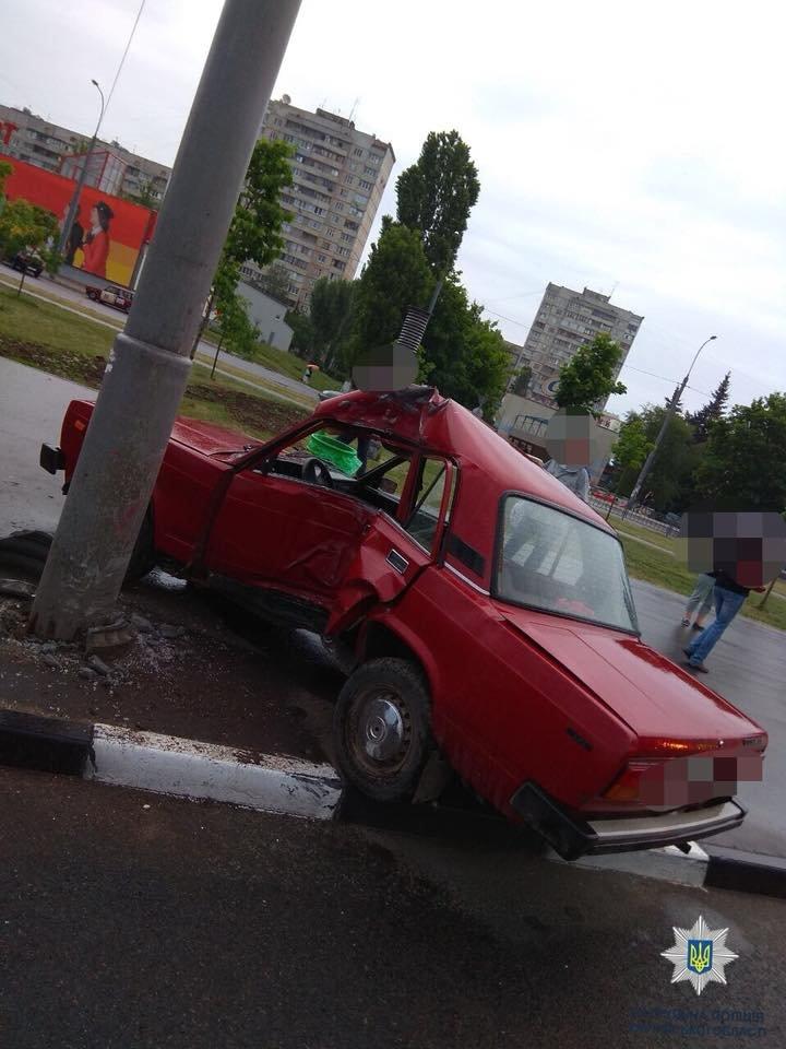 На проспекте Победы ВАЗ врезался в столб. Два человека в больнице, - ФОТО, фото-1