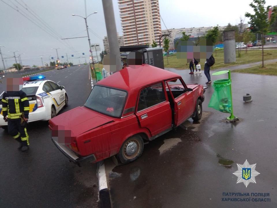 На проспекте Победы ВАЗ врезался в столб. Два человека в больнице, - ФОТО, фото-2