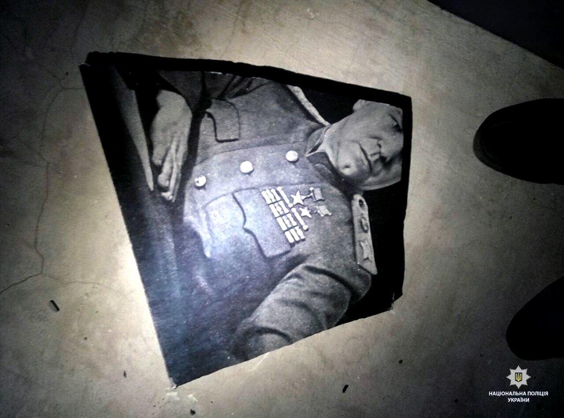 В Харькове неизвестные разбили мемориальную доску маршалу Жукову, - ФОТО, фото-2