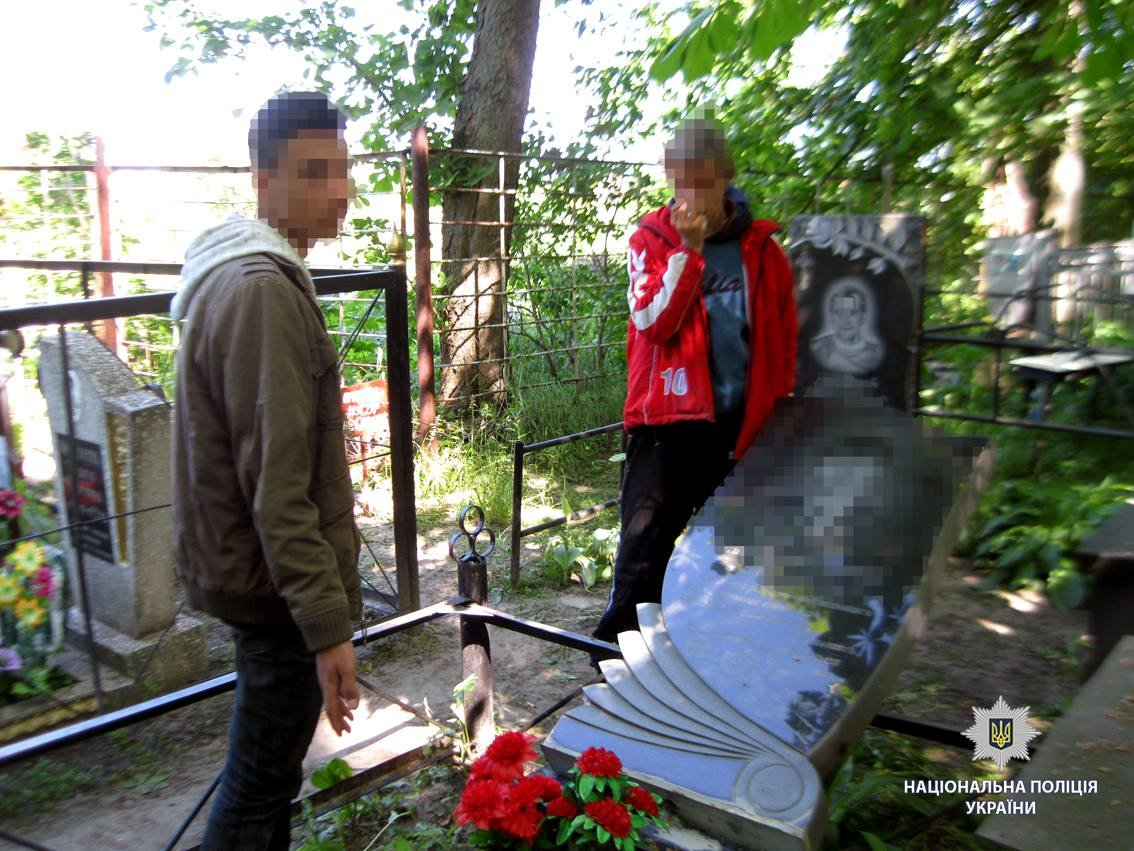 Решили развлечься. Харьковские подростки повредили надгробия на кладбище, - ФОТО, фото-2