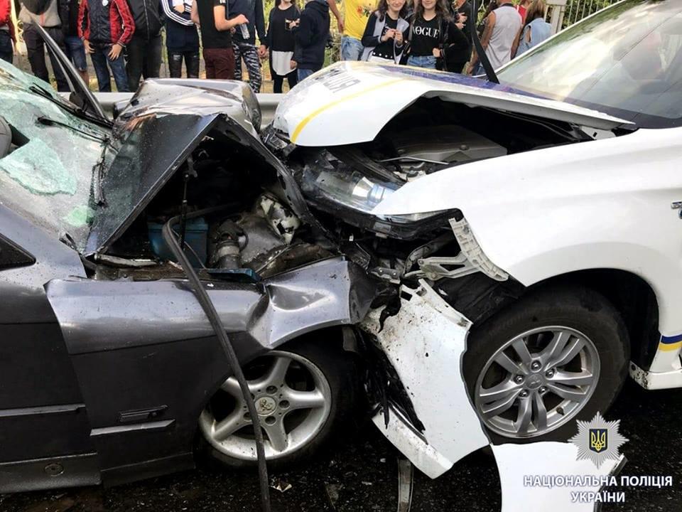 """Под Харьковом BMW выехал на """"встречку"""" и врезался в машину полицейских. Есть жертва, - ФОТО, фото-1"""