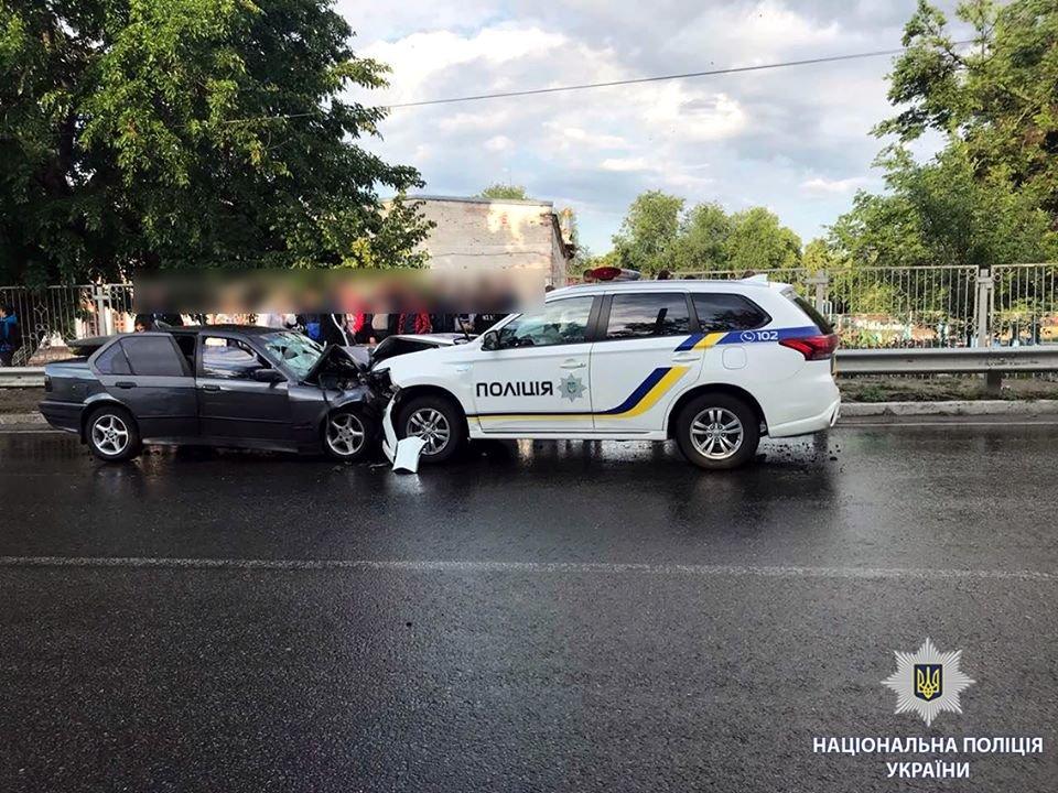"""Под Харьковом BMW выехал на """"встречку"""" и врезался в машину полицейских. Есть жертва, - ФОТО, фото-2"""