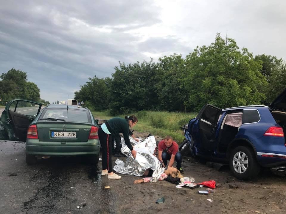 В Люботине столкнулись Opel и Volkswagen. Машины разнесло вдребезги, - ФОТО, фото-1