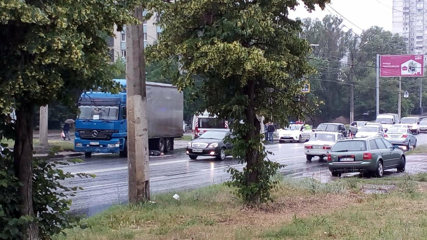 На Салтовке водитель фуры не заметил пешехода и протянул его тело по дороге, - ФОТО, фото-1