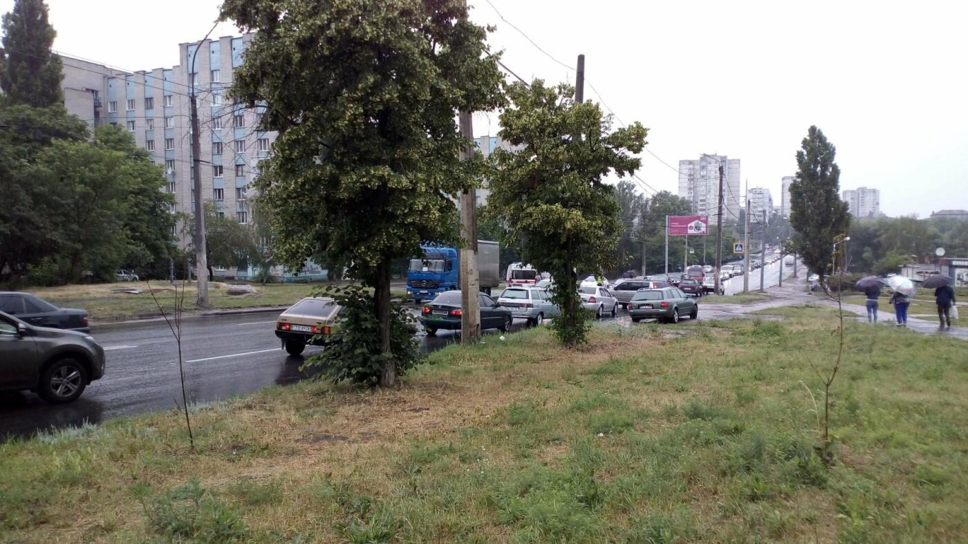 На Салтовке водитель фуры не заметил пешехода и протянул его тело по дороге, - ФОТО, фото-3
