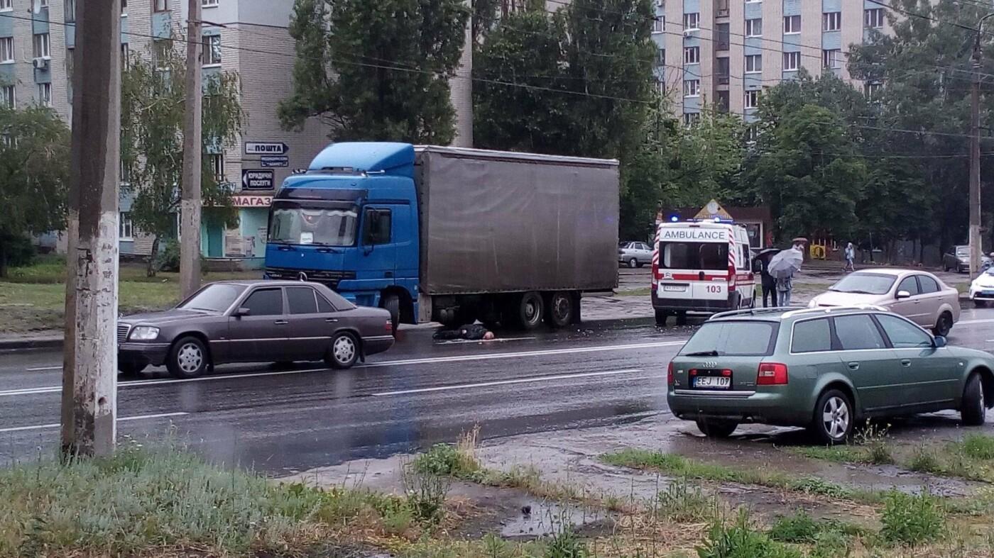 На Салтовке водитель фуры не заметил пешехода и протянул его тело по дороге, - ФОТО, фото-2