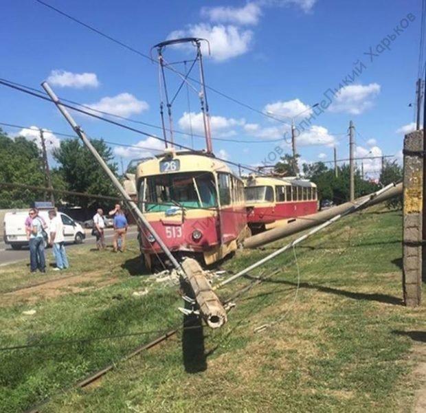 """На Салтовке трамвай """"слетел"""" с рельсов и снес два столба, - ФОТО, фото-2"""