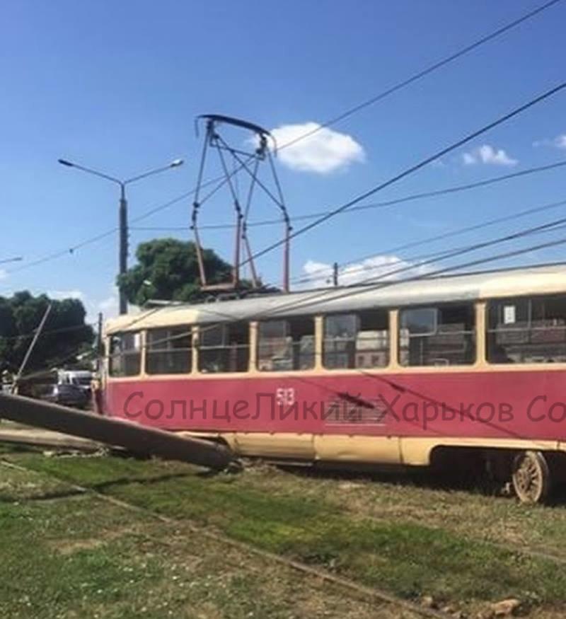 """На Салтовке трамвай """"слетел"""" с рельсов и снес два столба, - ФОТО, фото-1"""