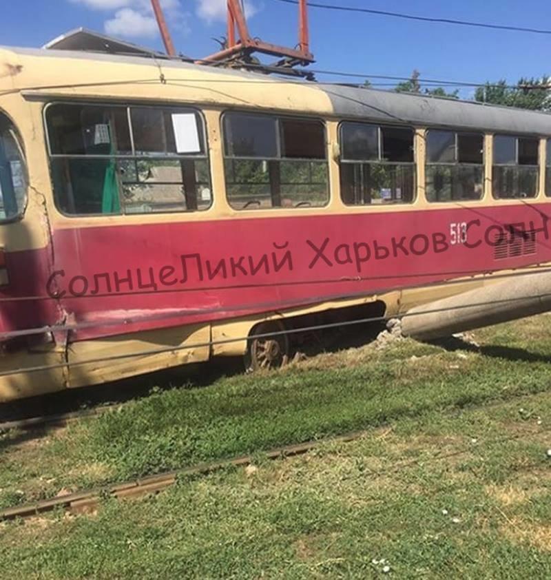 """На Салтовке трамвай """"слетел"""" с рельсов и снес два столба, - ФОТО, фото-3"""