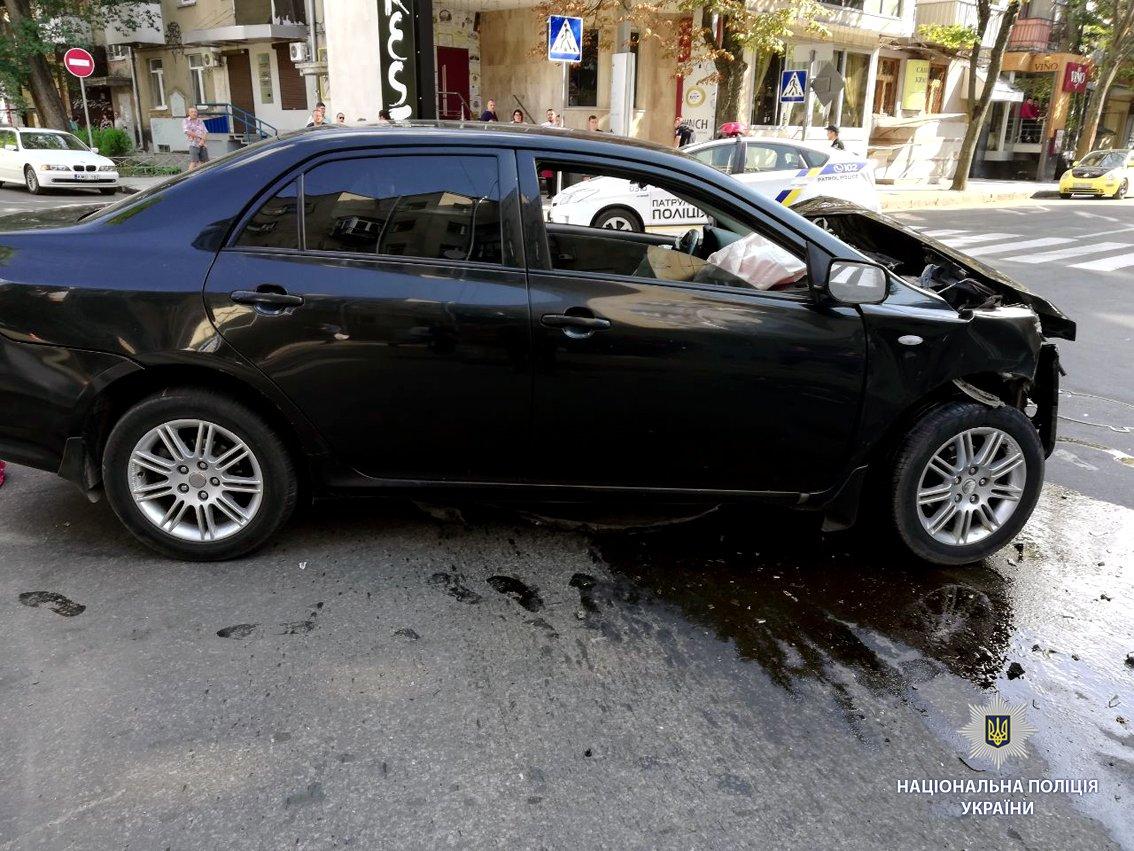 В Харькове иномарка вылетела на тротуар и перевернулась. Есть пострадавший, - ФОТО, фото-1
