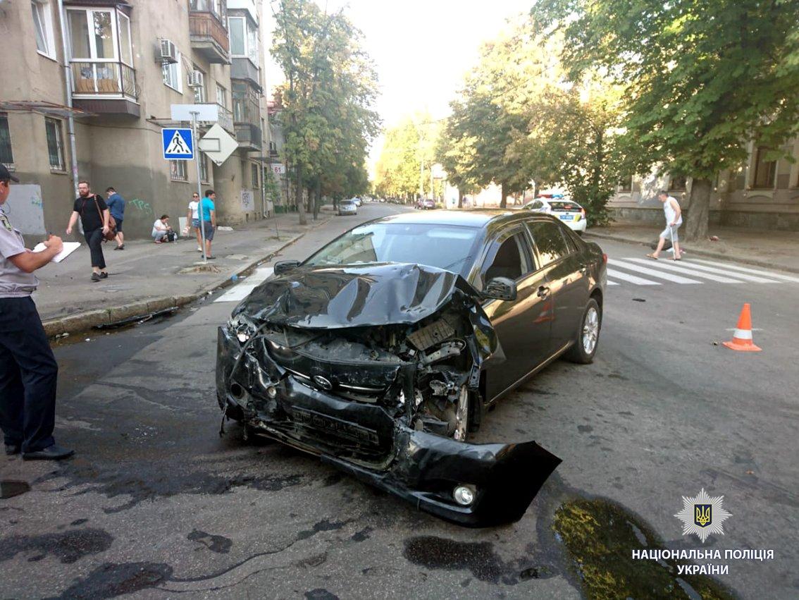 В Харькове иномарка вылетела на тротуар и перевернулась. Есть пострадавший, - ФОТО, фото-2