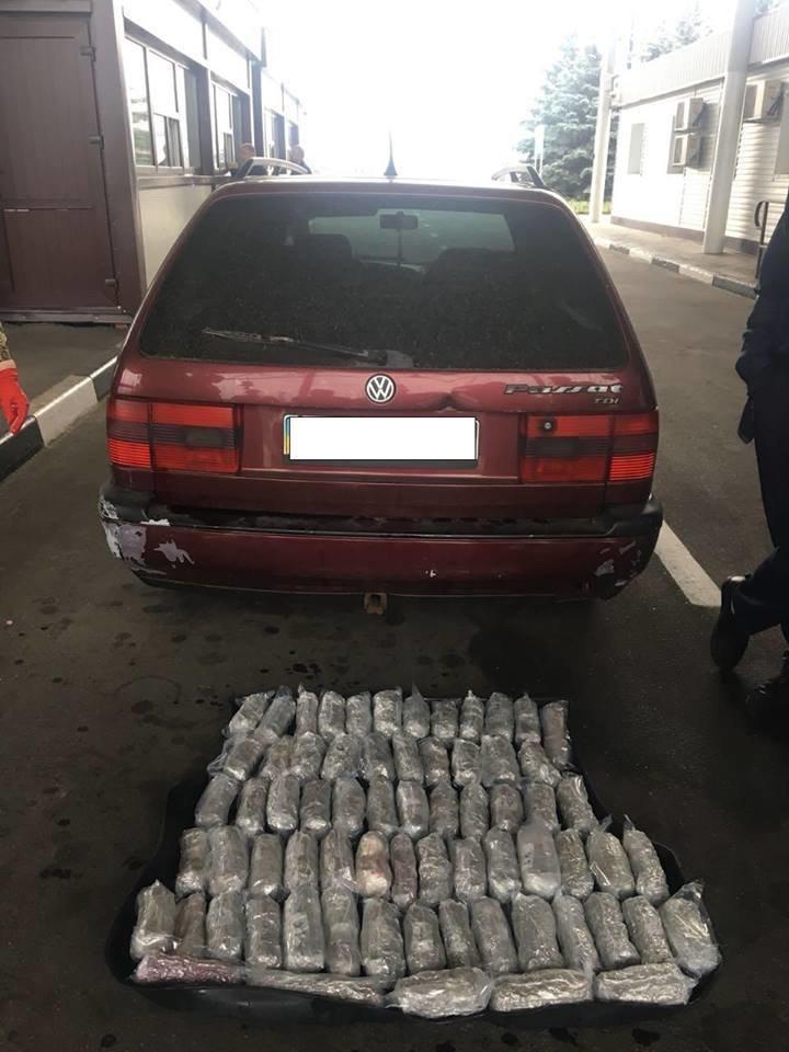 Под Харьковом служебный пес нашел в машине луганчанина 21 килограмм марихуаны, - ФОТО, фото-1