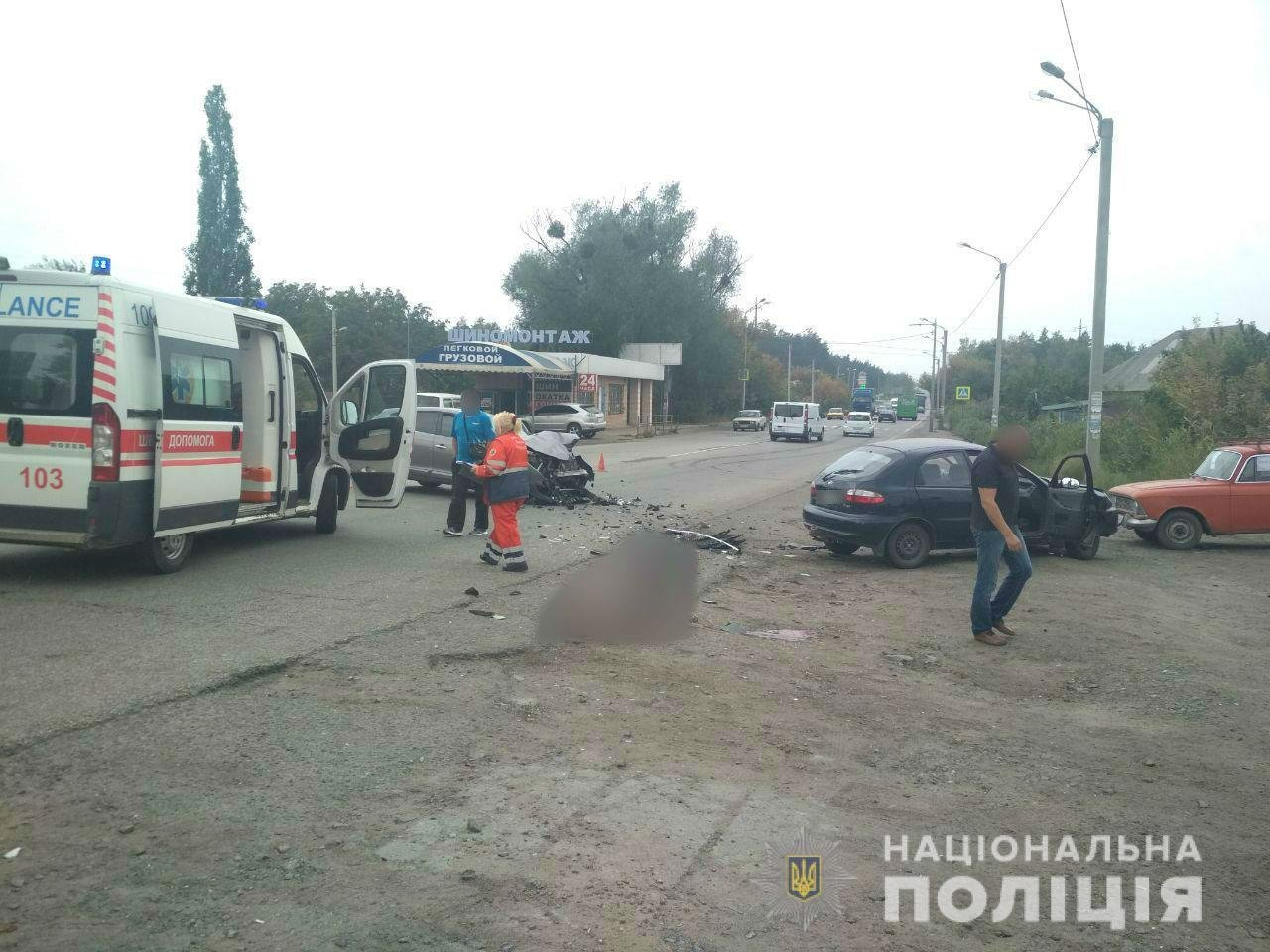 Участниками аварии стали автомобили «Daewoo Lanos» и «Renault», за рулем которого был 44-летний харьковчанин. На месте ДТП погибли 80-летний водитель и 79-летняя пассажирка «Daewoo Lanos».