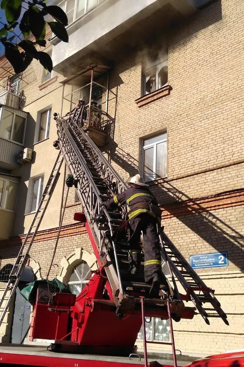 ГСЧС-ники спасли жену погибшего 1938 года рождения. Они дали ей противогаз и вывели ее на лестничную площадку. Спускаться по пожарной лестнице пенс...