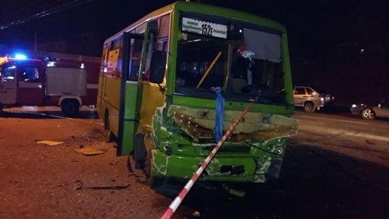 19-летний харьковчанин за рулем автомобиля «Chevrolet Cruze» при развороте нарушил ПДД и врезался в маршрутку №152. Три пассажира «легковушки» 1997 года рождения от полученных травм погибли. В автобусе на момент столкновения находилось 30 человек. 7 пассажиров маршрутки с травмами доставили в 4-ю больницу скорой и неотложной помощи. Водителя «Chevrolet Cruze» в тяжелом состоянии доставили в реанимацию.