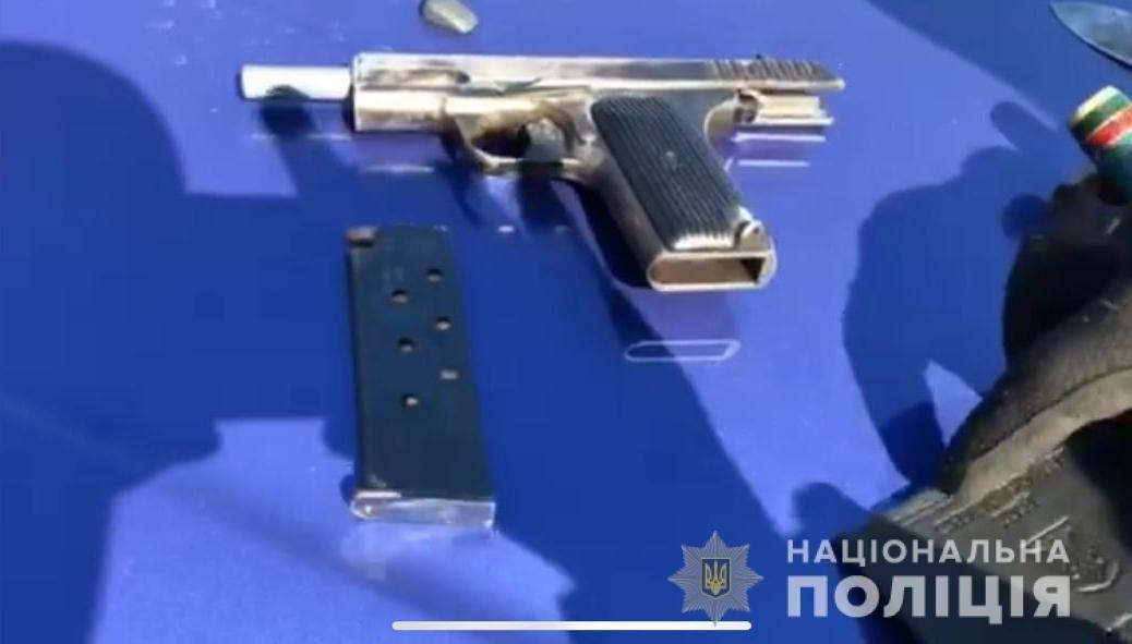Осмотрев личные вещи водителя, полицейские нашли пистолет «ТТ», 8 патронов 7,62 мм калибра, нож и кастет.