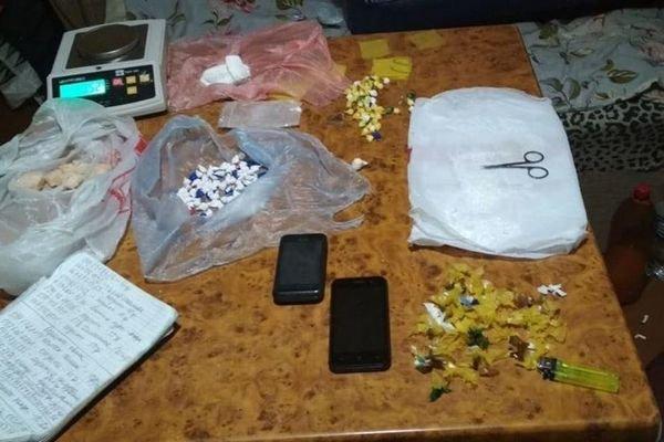 Полиция задержала троих подозреваемых в распространении наркотиков. Двоих мужчин 26 и 43 лет и 41-летнюю женщину подозревают в продаже метадона путем раскладывания «закладок».