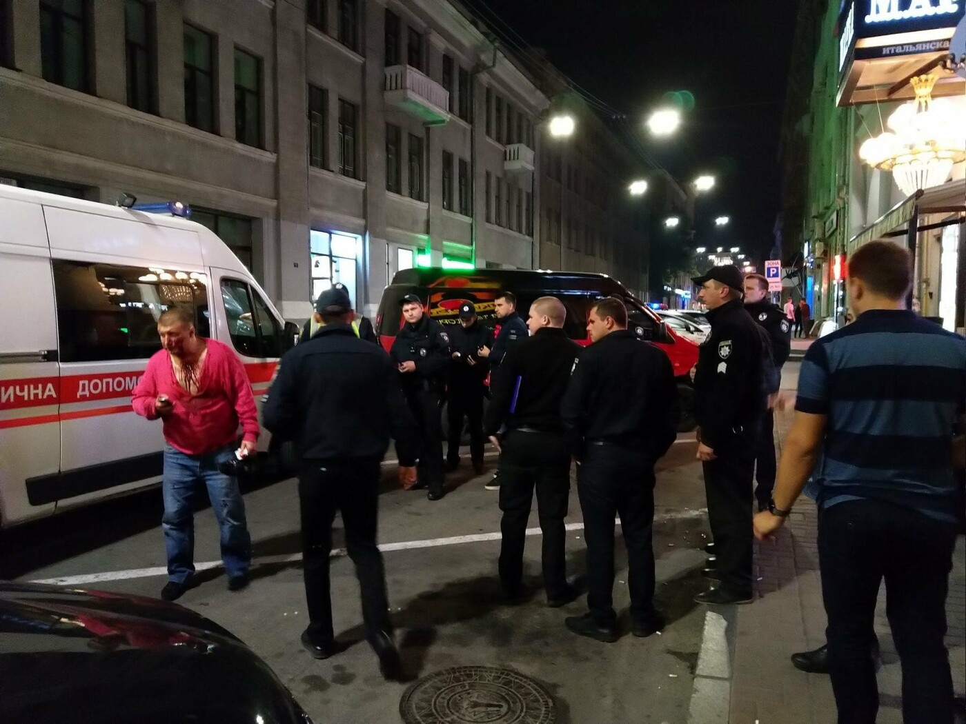 Около 01:00 между двумя мужчинами 30 и 42 лет произошел конфликт. Харьковчане поссорились из-за песни, которую включили по просьбе одного из посетителей. Вскоре ссора переросла в драку, в результате которой двух харьковчан доставили в 4-ю больницу скорой и неотложной помощи.