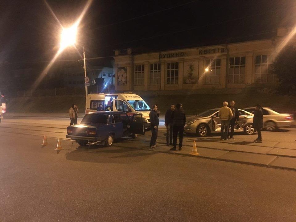 Участниками аварии стали автомобили «ВАЗ» и «Hyundai». По словам очевидцев, водитель «ВАЗ» ехал по Полтавскому шляху в сторону поселка Песочин. Мужчина за рулем «Hyundai», не удостоверившись в безопасности движения, выезжал с ул. Озерянская на Полтавский шлях. Удар пришелся в бок автомобиля «Hyundai».