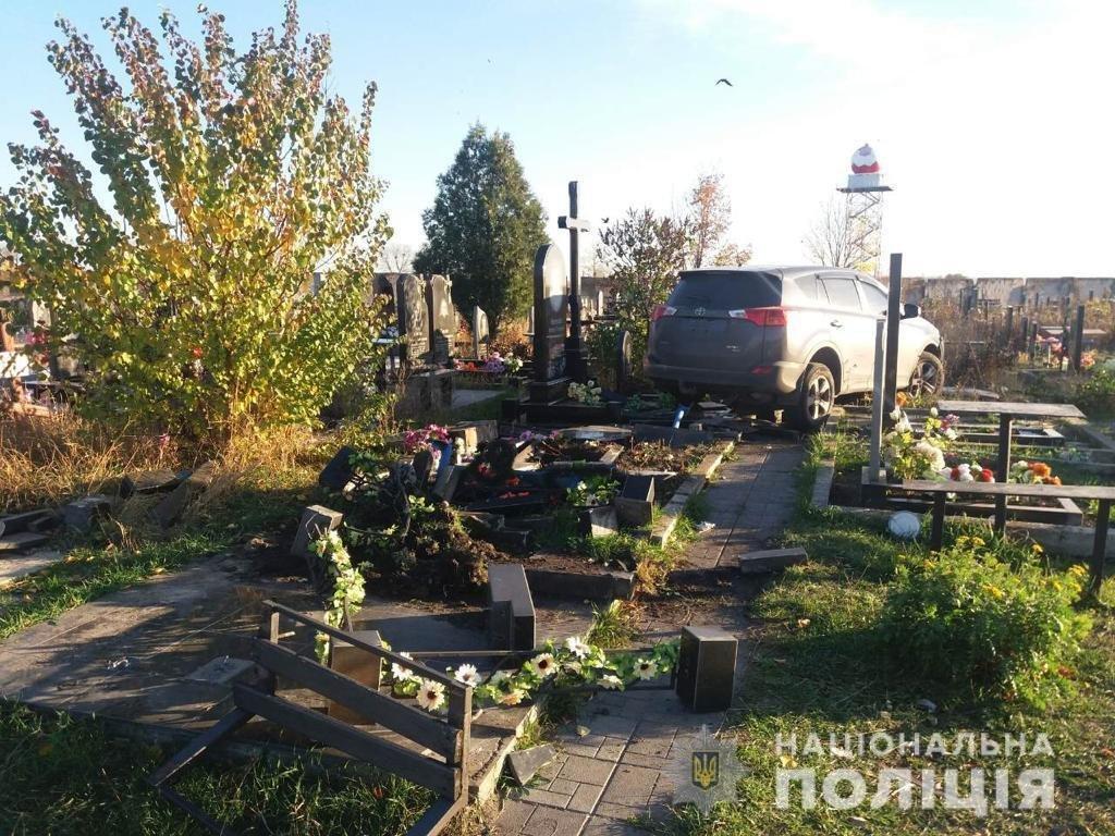 На харьковском кладбище внедорожник снес 10 памятников, - ФОТО, фото-1