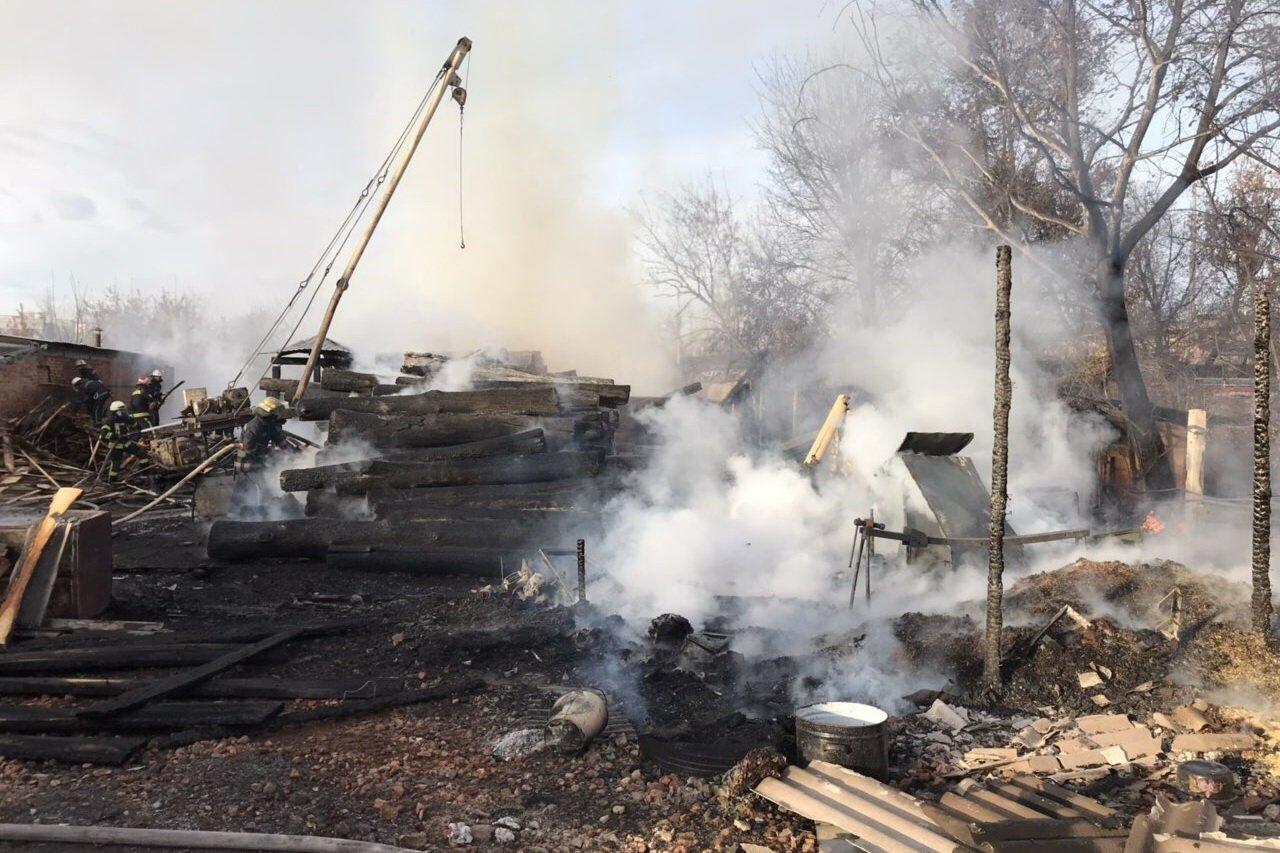 Масштабный пожар в Харькове. Спасатели тушили загоревшуюся лесопилку, - ФОТО, фото-2