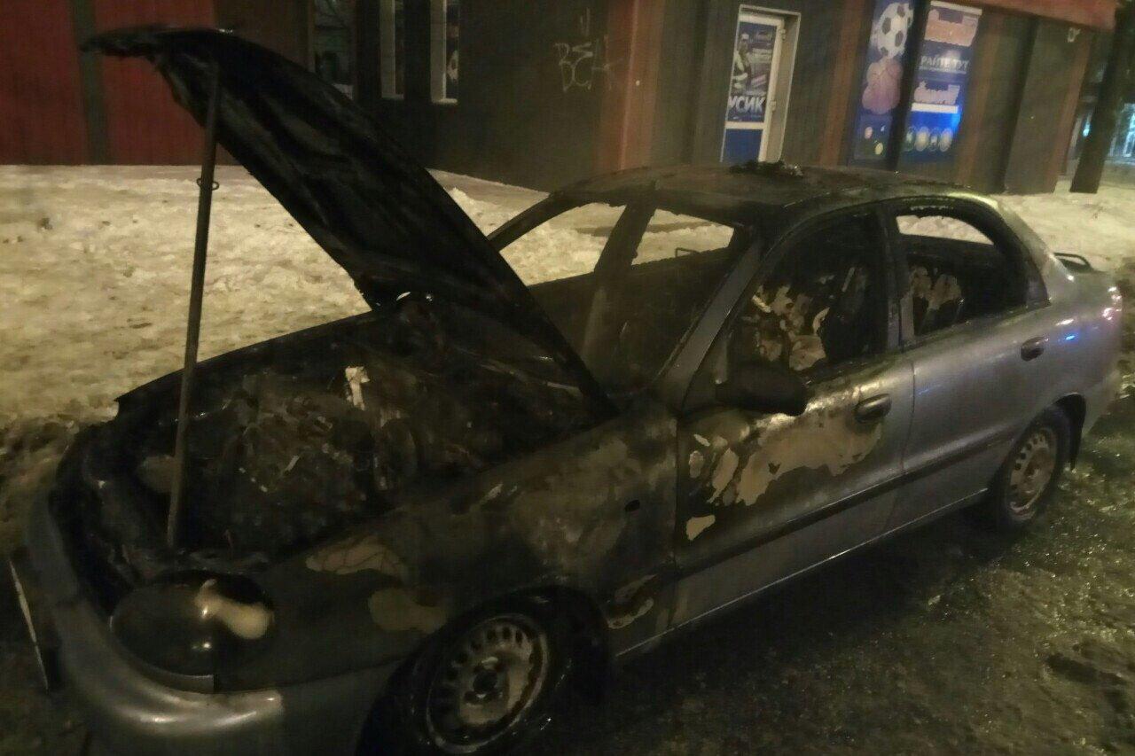 В Харькове загорелся припаркованный автомобиль. Водитель получил ожоги, - ФОТО , фото-1