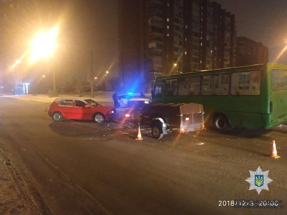 В Харькове не поделили дорогу две машины и маршрутка. Есть пострадавшая, - ФОТО, фото-1