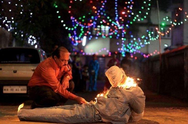 Сожжение чучел политиков и поцелуи в темноте. Как отмечают Новый год в разных странах мира, - ФОТО, фото-13