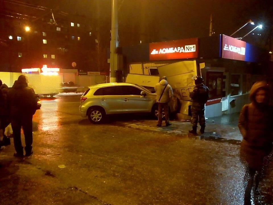 "На Салтовке не поделили дорогу ""ВАЗ"" и ""Mitsubishi"". Внедорожник влетел в ломбард, - ФОТО, фото-1"