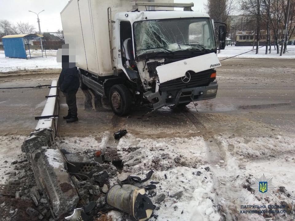 В Харькове водитель грузовика протаранил столб, - ФОТО, фото-1