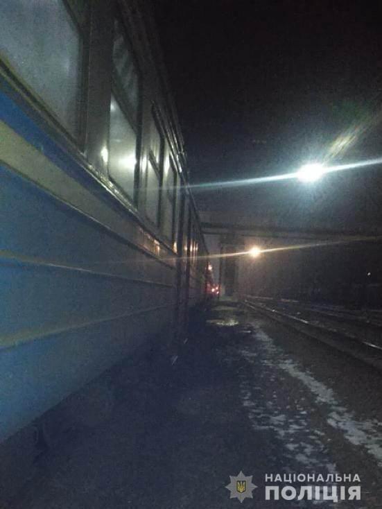 Под Харьковом электричка переехала мужчину, который лежал на путях - ФОТО , фото-1