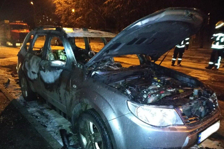 Во дворе харьковской многоэтажки загорелся автомобиль, - ФОТО , фото-2