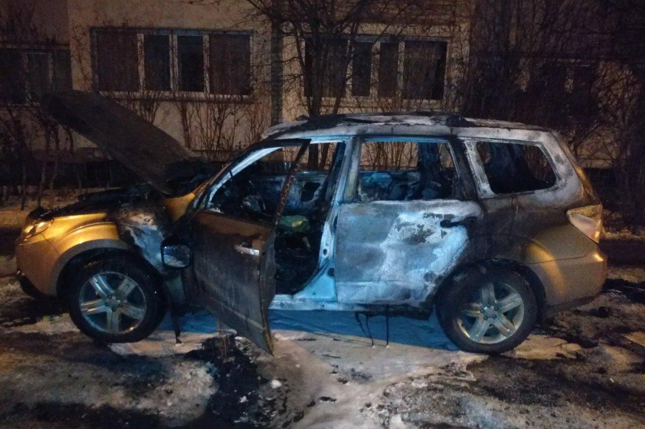 Во дворе харьковской многоэтажки загорелся автомобиль, - ФОТО , фото-1