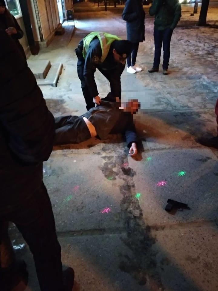 На Гвардейцев Широнинцев пьяный мужчина угрожал прохожим и целился из пистолета в автомобили, - ФОТО, фото-1